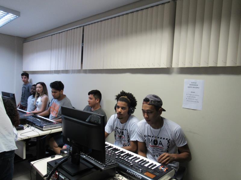 O projeto Moa abriu inscrições a uma Chamada para Artistas, que irá selecionar cinco cantores, bandas e grupos, que nunca gravaram profissionalmente, para gravar um single