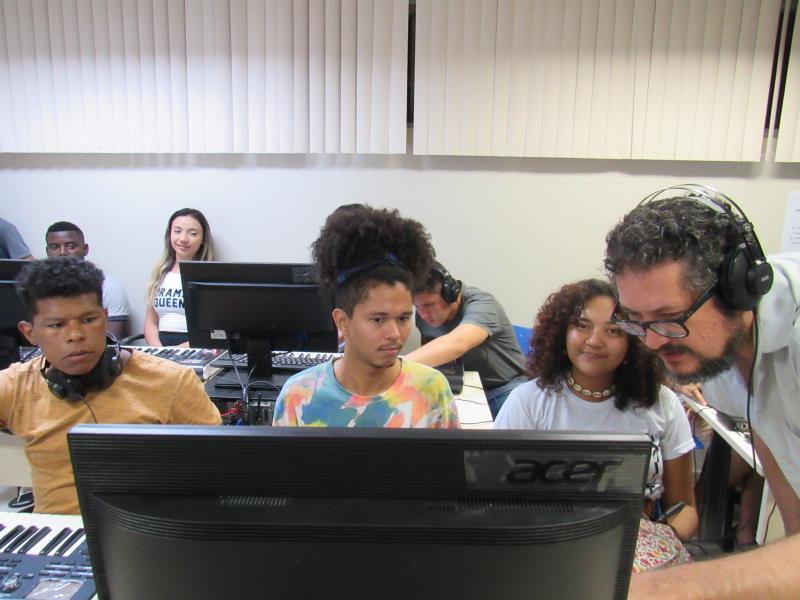 Nas aulas, os estudantes têm acesso ao conhecimento técnico e aos meios materiais de produção musical, visando com isso contribuir para a inclusão social