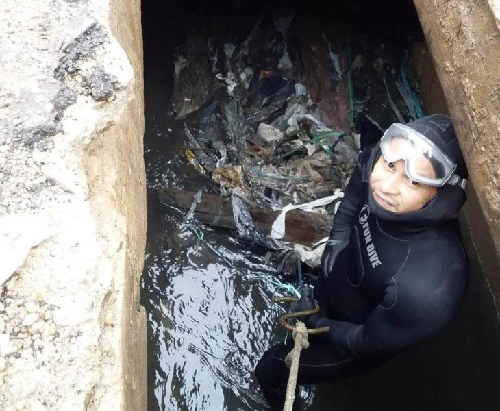 Nos locais de difícil acesso nos canais de Belém, mergulhadores são acionados para o trabalho de limpeza