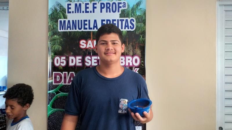 """""""Gosto muito de açaí, tomo sempre na minha casa e aproveito para tomar ainda mais na escola"""", contou o aluno Edmo Alves, estudante do 9º ano"""