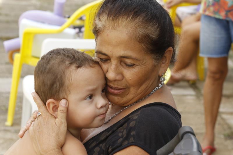 Maria do Socorro Silva já está fazendo aulas de natação na piscina, e levou o neto pequeno para ver uma outra neta dela nadar