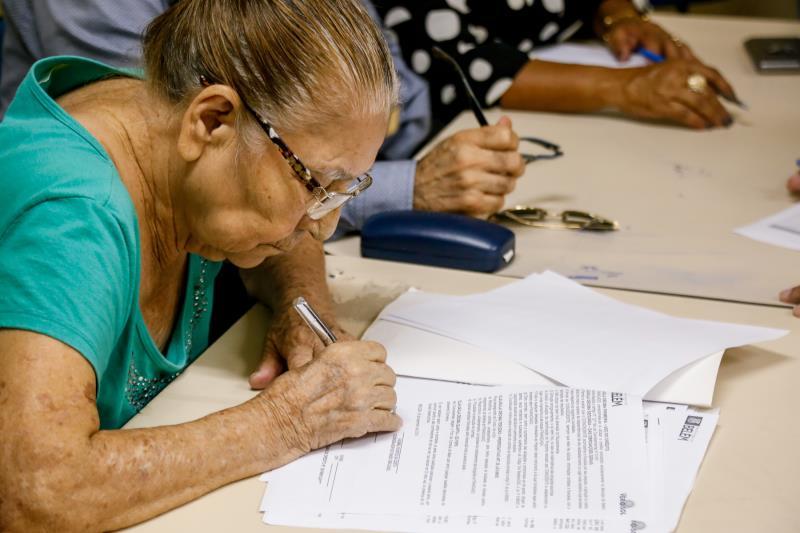 A senhora Hiracilda Martins tem 82 anos, já perdeu as contas de há quantos anos faz parte da história do Complexo e foi a primeira dos 24 feirantes a assinar o contrato da linha de crédito