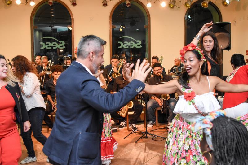 Participantes do Encontro Latino-Americano das Cidades Criativas foram recepacionados com festa na cerimônia de abertura no Sesc Boulevard, nesta quinta