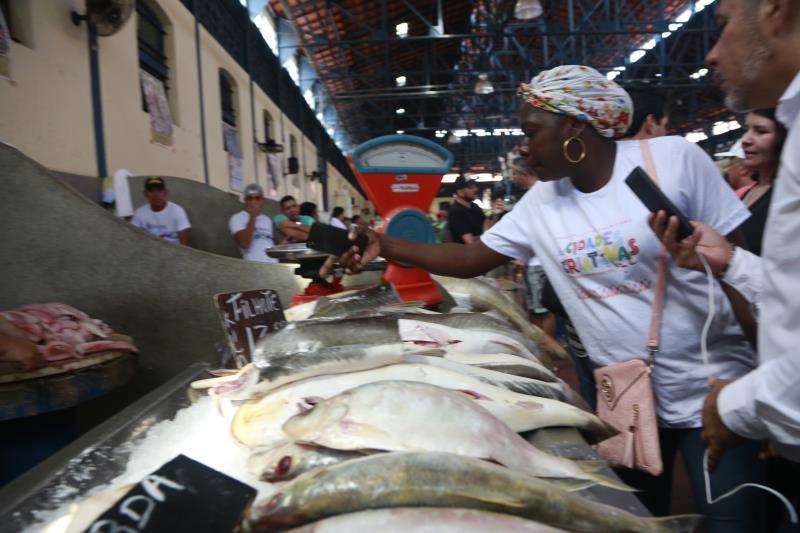 Os visitantes ficaram encantados com a diversidades das espécies de peixes no mercado