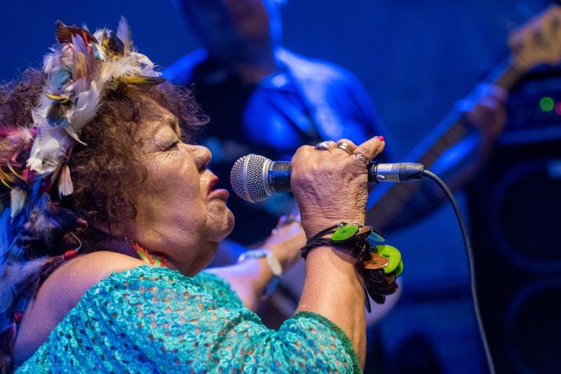 Dona Onete cantou seus maiores sucessos e colocou o público para dançar.