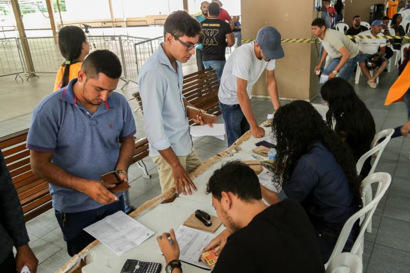 O leilão, realizado no hall Ismael Nery, no térreo do prédio do Centur, teve mais de 500 veículos arrematados