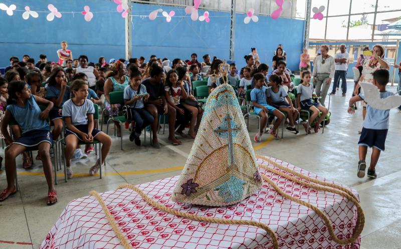 A escola Municipal Professor Antônio Carvalho Brasil, no bairro da Condor, recebeu a imagem de Nossa Senhora de Nazaré, na manhã desta quarta-feira, 9