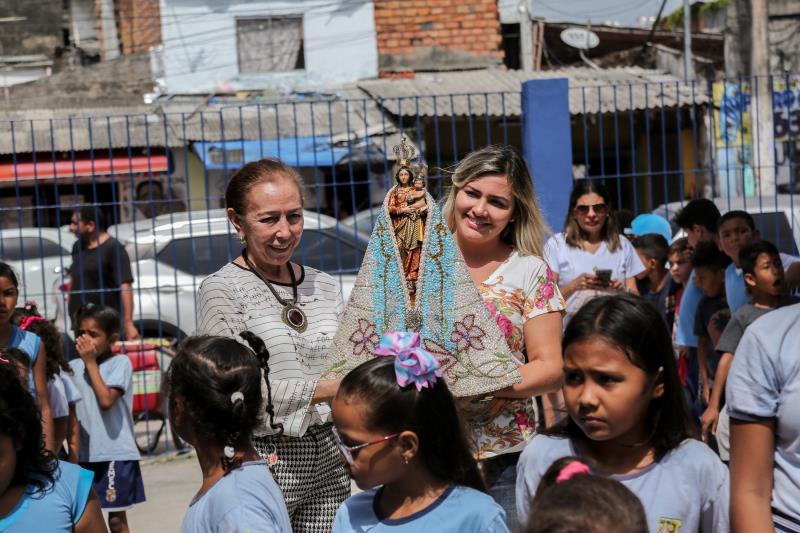 Eliana Marilha Fernandes e Maria de Jesus Correia, diretora da escola, conduziram a imagem de Nossa Senhora de Nazaré