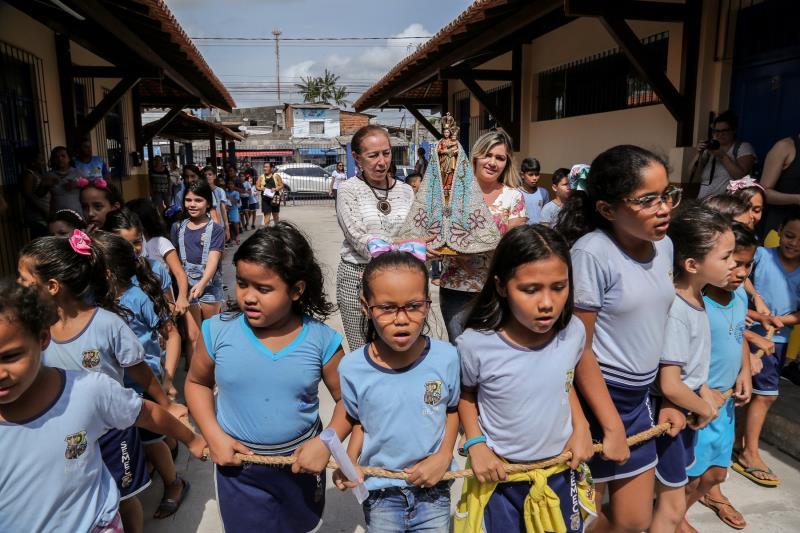 As crianças participaram de uma procissão que conduziu a imagem peregrina de Nossa Senhora de Nazaré