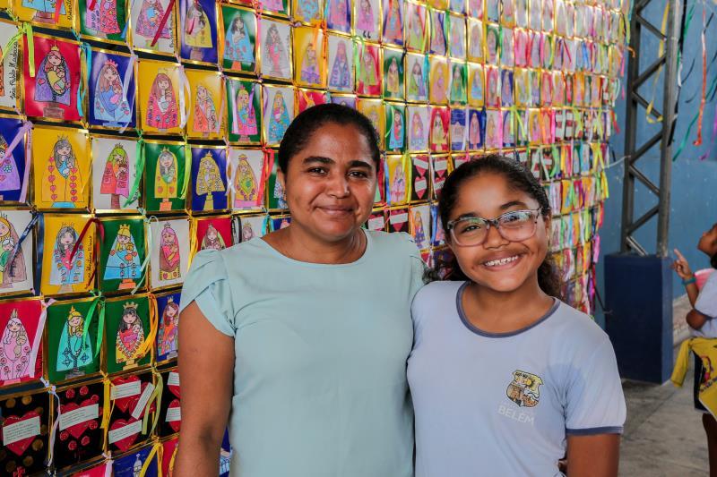 Lorena Santos Monteiro e sua mãe Caroline Santos participaram das atividades religiosas na escola Municipal Professor Antônio Carvalho Brasil