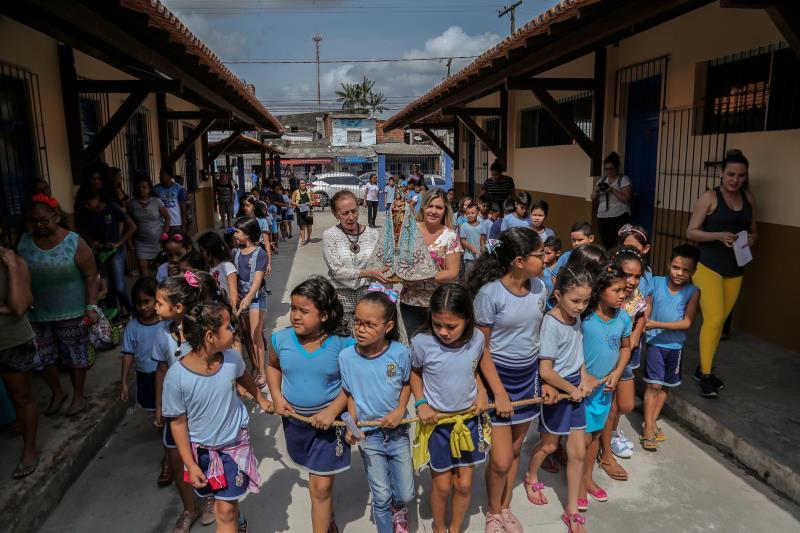 Durante a apresentação do painel, os alunos receberam a imagem peregrina de Nossa Senhora de Nazaré, da Romaria das Crianças, na frente da escola e seguiram em procissão até à quadra esportiva