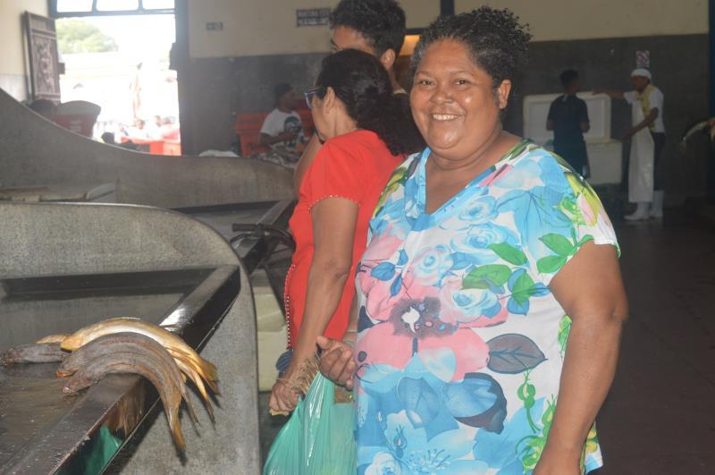 """Maria do Socorro Almeida foi ao Ver-o-Peso comprar dez quilos de pescada gó e cinco quilos de filhote: """"A maniçoba já está forno para domingo, mas quero também fazer um prato com o peixe para os parentes do Rio de Janeiro"""""""