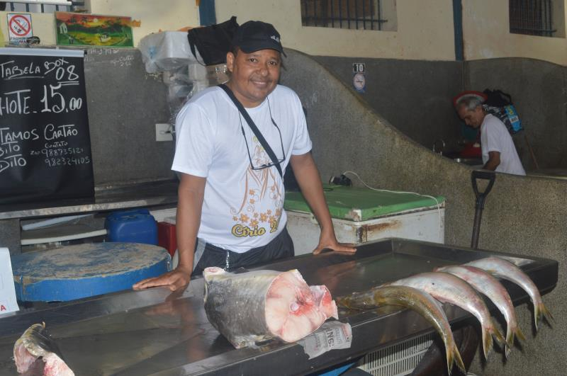 """O peixeiro Fernando Souza conta que próximo do Círio as vendas costumam aumentar: """"Muitos donos de restaurantes e os próprios feirantes do setor de alimentação do Ver-o-Peso vêm aqui comprar"""""""