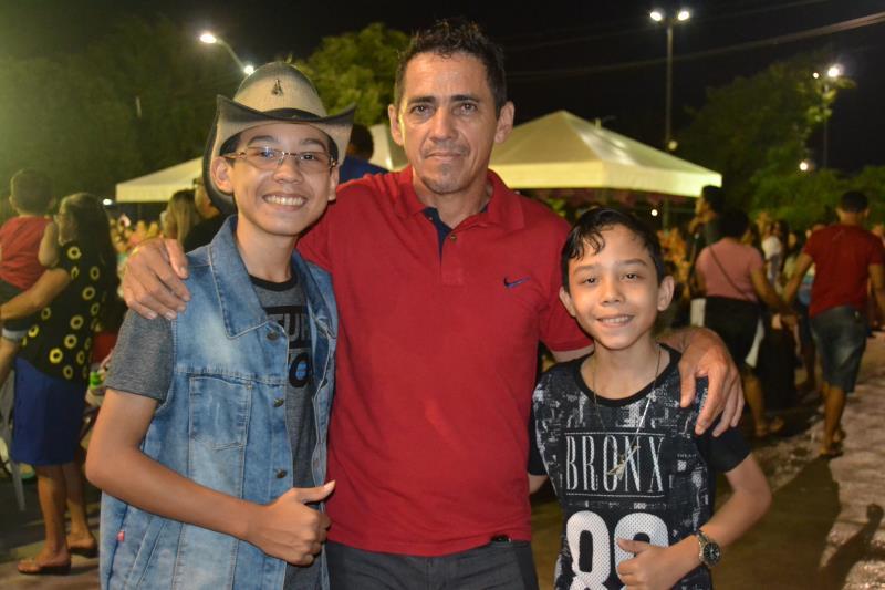 Francisco Souza se emocionou com a apresentação dos filhos, a dupla  Gleydson & Lohan