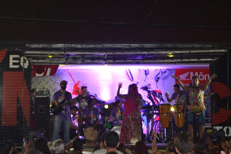 """Nazaré Pereira puxou o """"Parabéns para você"""" para Icoaraci do palco do show de aniversário"""