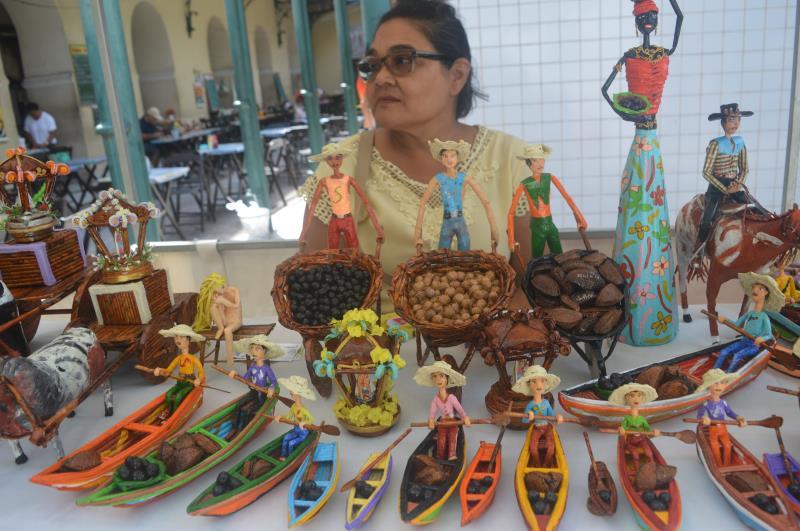 Sebastiana Miranda, de 63 anos, a venda na feirinha é uma terapia para os problemas de saúde.