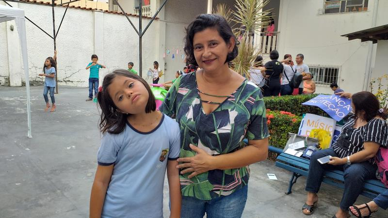 A enfermeira Cirley Monteiro, mãe da Ana Paula Monteiro, de 11 anos, estudante com deficiência da escola Municipal Josino Viana, na Pedreira, conta que depois a adolescente começar os estudos no município, onde recebe o Atendimento Educacional Especializado (AEE), o desenvolvimento dela foi surpreendente