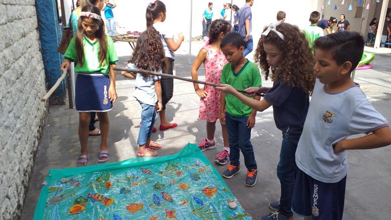 A manhã foi celebrada com muita alegria e envolvimento de pais, alunos e professores, que participaram de jogos de pescaria, jogos de argolas, oficina de dobradura, entre outros