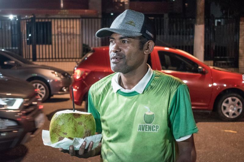 Para o comerciante Max Silva da Silva, de 42 anos, que atua em um quiosque de venda de coco e água mineral há quatro anos, a ação da Prefeitura na praça a tornou mais atrativa às visitas