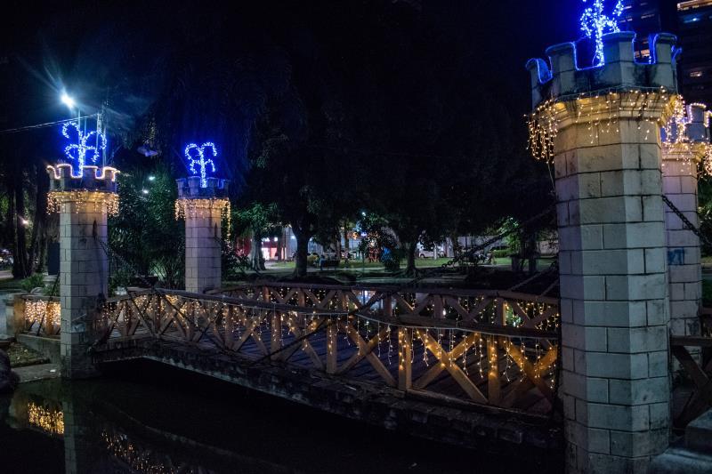 Os coretos, pontes e no posto da Guarda Municipal de Belém também receberam luzes coloridas