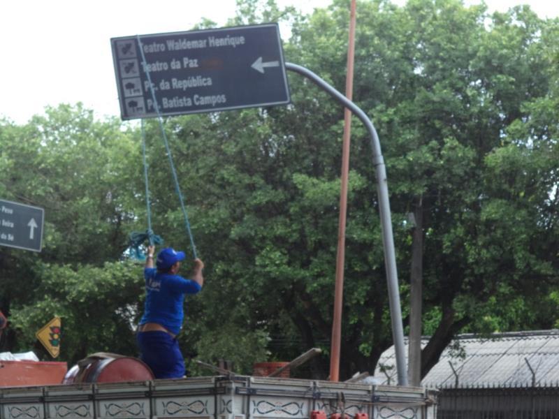 No reordenamento de vias para o Círio, placas de ruas foram realinhadas