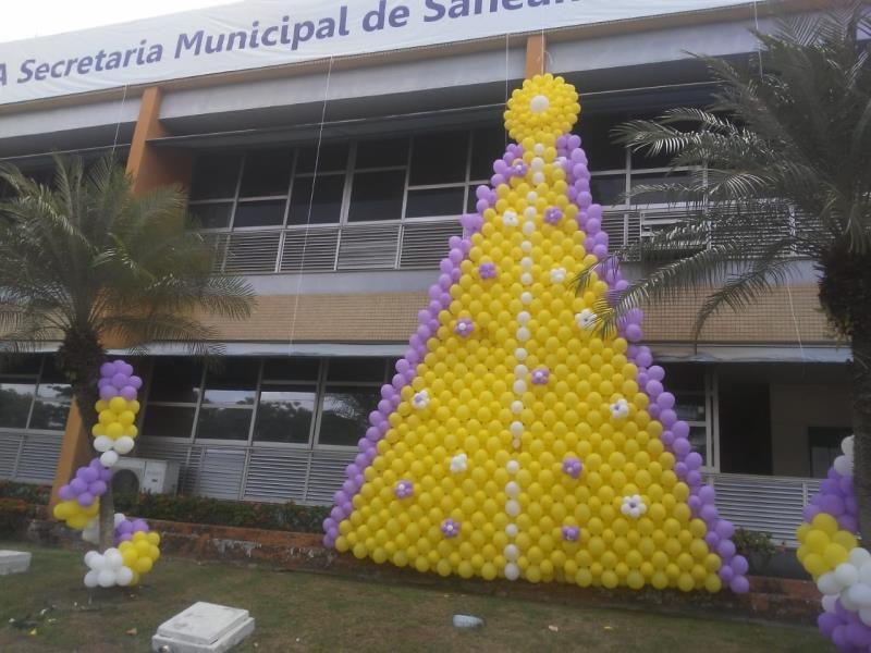 Neste ano a decoração do prédio da Sesan destacou a imagem de Nossa Senhora, que foi toda construída com balões, foi estendida ainda uma faixa de 36 metros na fachada do órgão.