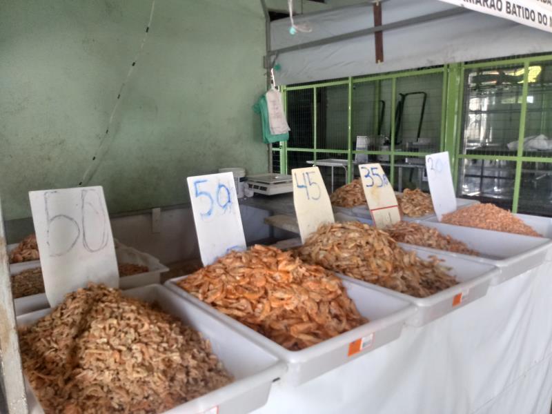 Entre os produtos comercializados estão maniva cozinha, pato resfriado, galinha caipira, pescado, camarão, tucupi e jambu