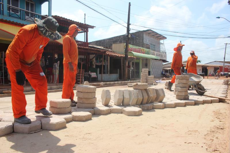 Estão sendo instalados dois quilômetros de bloquetes de concreto na ilha