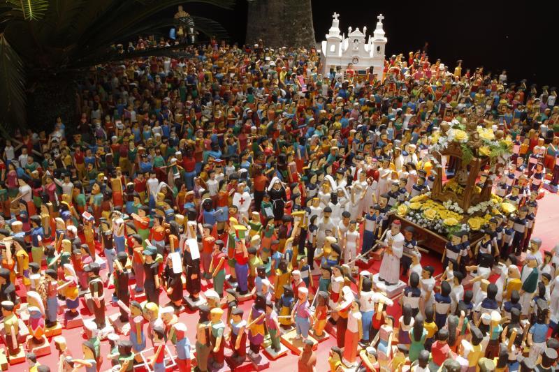 A criação da artista plástica, Darcilene Batista, apresenta conceitos visuais inovadores e reproduz a maior festa religiosa do Brasil por meio das cores que representam Belém.