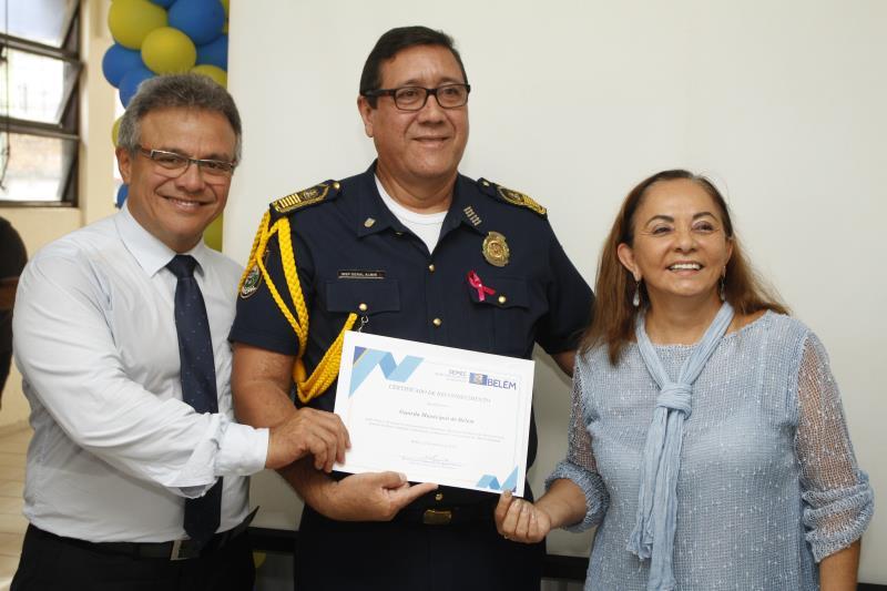 Almir Ferreira, inspetor geral da Guarda Municipal de Belém (GMB) também foi agraciado com um certificado de serviços prestados à Semec