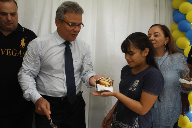 O prefeito Zenaldo Coutinho entregou fatias de bolo aos estudantes