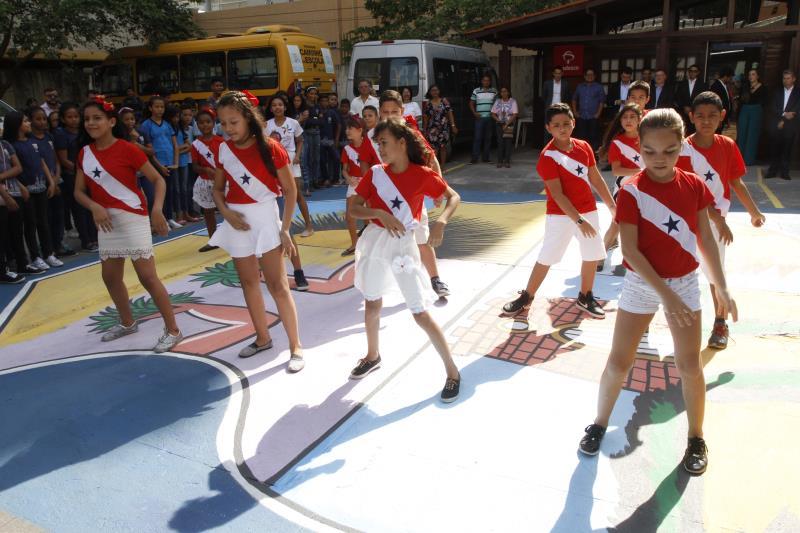Logo na abertura da programação de aniversário, alunos da escola Municipal Sílvio Nascimento realizaram uma apresentação cultural