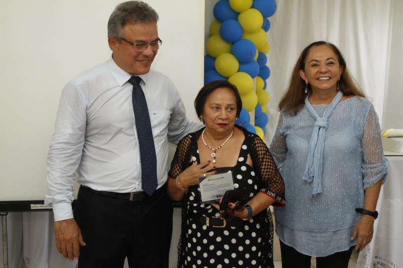 Com 48 anos de dedicação à administração pública, Maria Berenice Dias (ao centro) foi uma das que receberam uma placa comemorativa