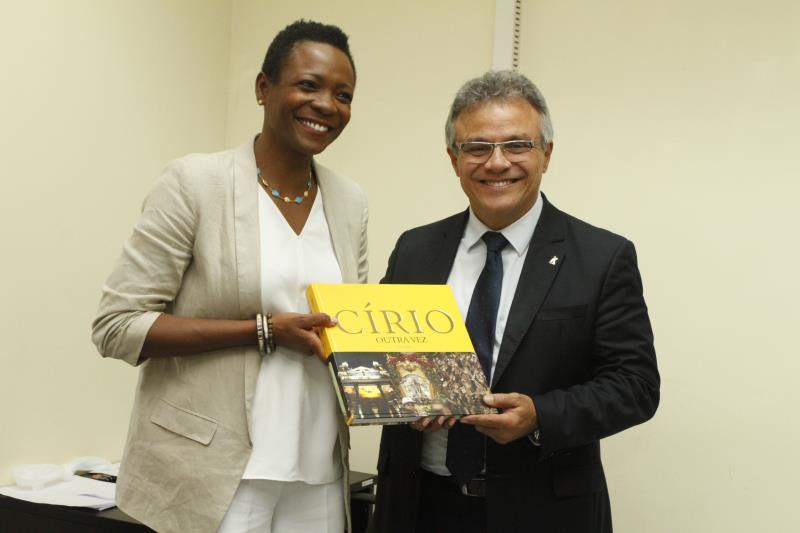 A embaixadora de Barbados também foi presenteada com um livro sobre o Círio de Nazaré
