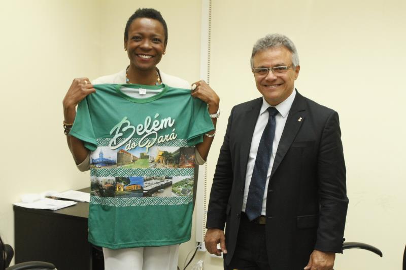 Ao final do encontro, o prefeito homenageou a embaixadora com um diploma e a medalha do Mérito 'Francisco Caldeira Castelo Branco'