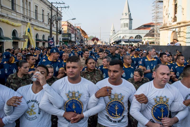Os braços entrelaçados dos integrantes da Marinha do Brasil fazem o isolamento da Guarda de Nossa Senhora de Nazaré