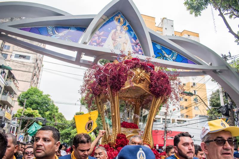 Este ano, a berlinda que conduz Nossa Senhora de Nazaré veio ornamentada em tons de vermelho, lembrando o sangue que o filho de Maria derramou por todos na cruz