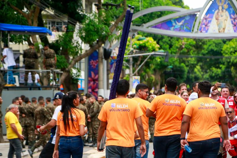 Voluntários da Defesa Civil Municipal ajudaram no socorro aos promesseiros que passaram mal durante o Círio
