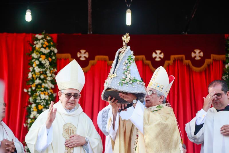 A imagem de Nossa Senhora de Nazaré abençoa os promesseiros antes da saída do Círio da igreja da Sé