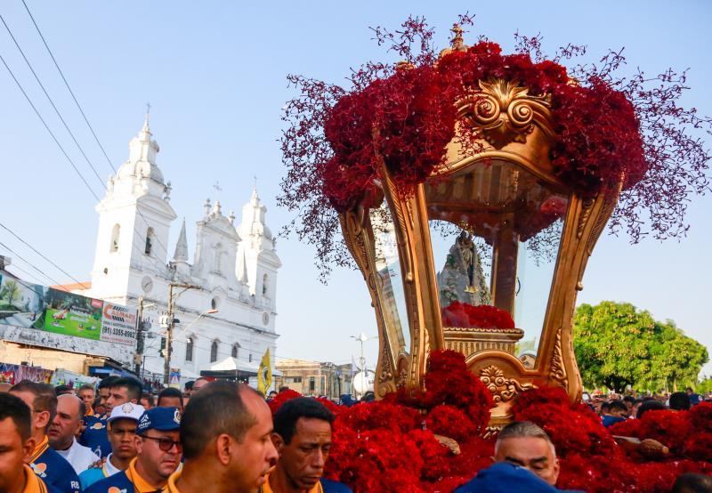 A berlinda que conduz Nossa Senhora de Nazaré deixou a igreja da Sé às 7 horas