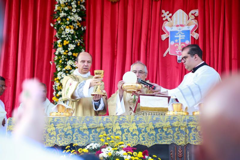 Uma missa solene é celebrada antes do início da grande procissão do Círio