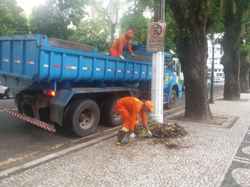 Equipe de limpeza da Prefeitura de Belém atuou, em parceria com a Semma, na área da praça da República.