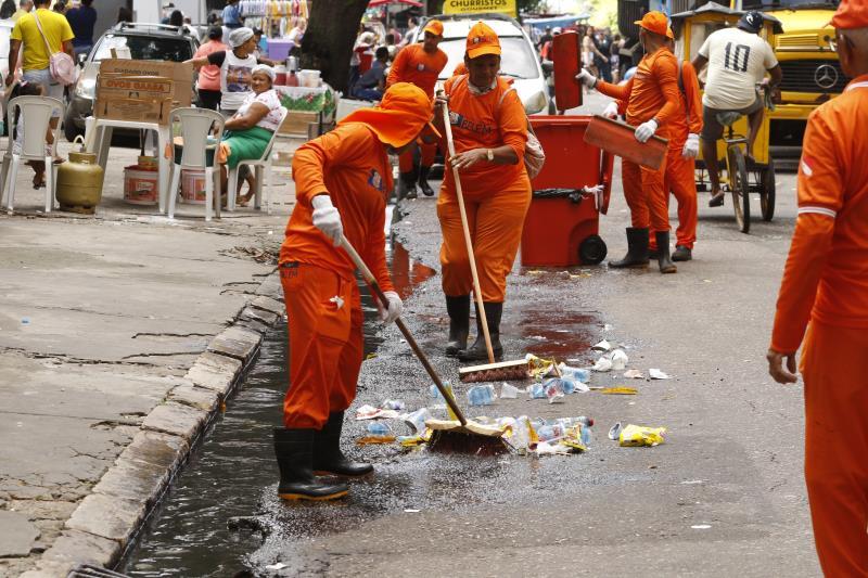 Agentes de limpeza da Prefeitura de Belém ficaram a postos durante a procissão
