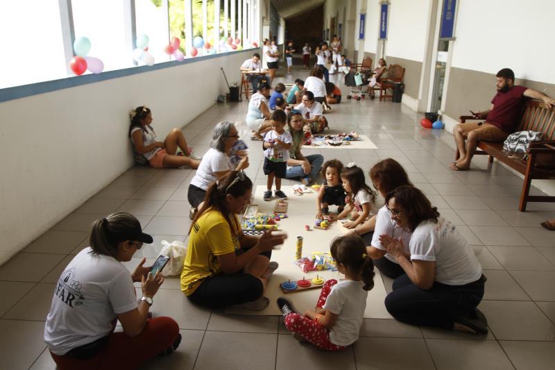 No espaço recreativo as crianças aproveitavam atividades como jogos de salão, pintura de rosto, contação de história, pintura dirigida e atividades de capoeira