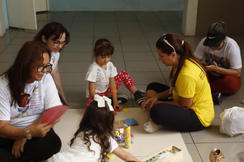 Crianças brincaram de pintura no espaço recreativo