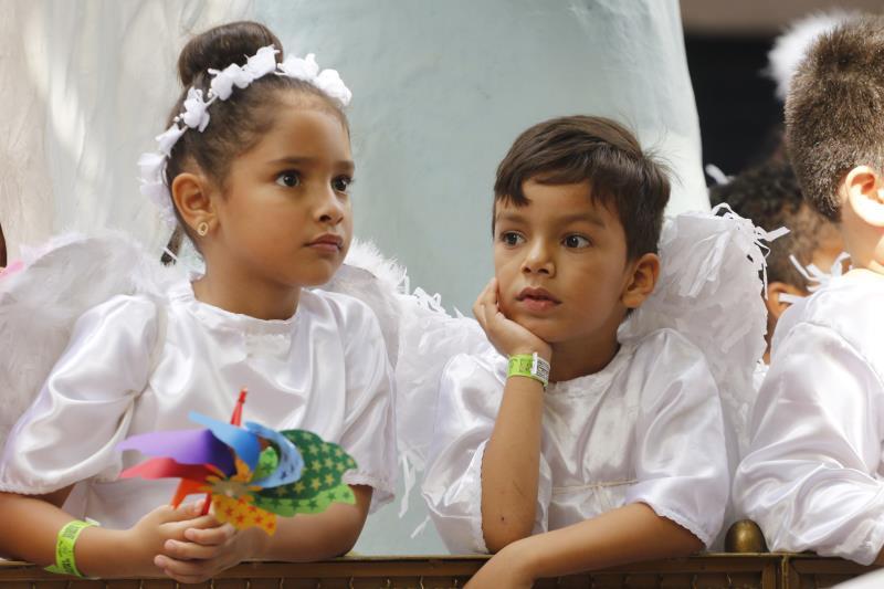 Tradição de levar crianças vestidas de anjo para acompanhar a procissão se repetiu este ano
