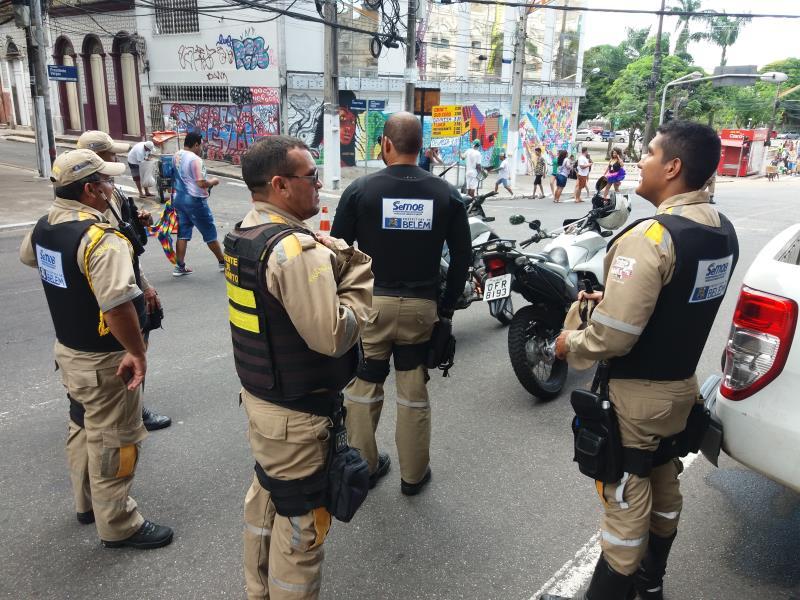 Agente da Superintendência Executiva de Mobilidade Urbana de Belém (SeMOB) deram apoio no ordenamento do trânsito