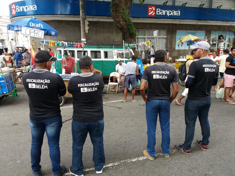 Marco Antônio (à direita) e a equipe de fiscalização da Ordem Pública trabalharam no ordenamento dos vendedores ambulantes