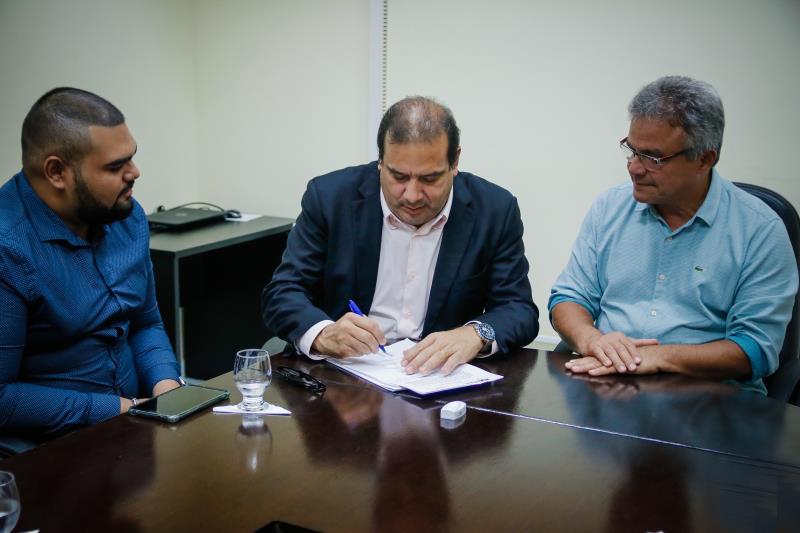 O titular da Sesma, Sérgio Amorim, assina a ordem de serviço