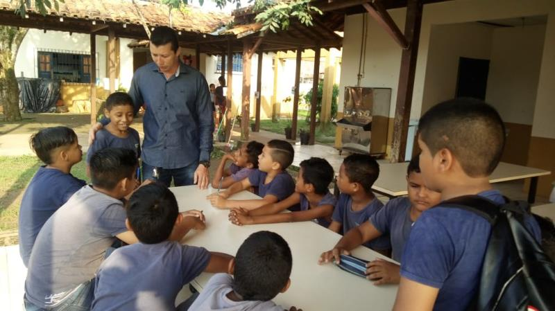 O diretor da escola, Sérgenson Nascimento conversou e orientou os alunos a prestar atenção a prova como foi feito nos simulados.